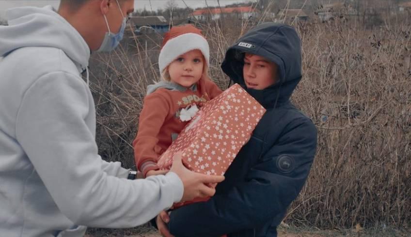 /VIDEO/ Proimobil, în rol de Moș Crăciun. Compania imobiliară a ajutat la distribuirea cutiilor cu daruri